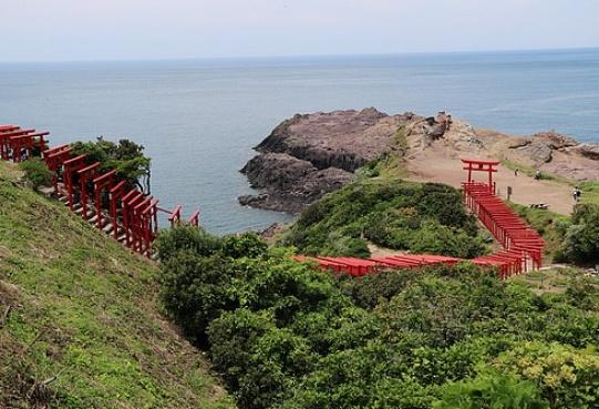 Malowniczy chram na klifowym wybrzeżu w prefekturze Yamaguchi