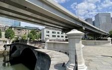 Odrestaurowany most Tokiwa-bashi na tle dynamicznej przebudowy Tokyo